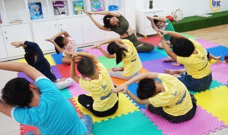 Các bé hào hứng với buổi Yoga Day tại UK English